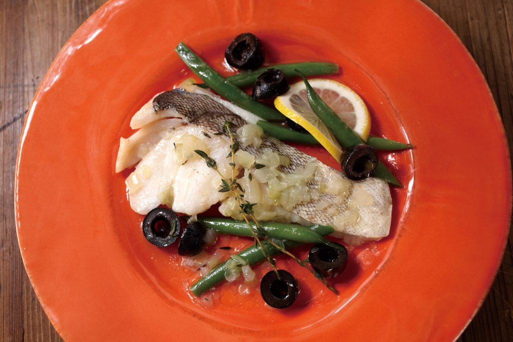 Acqua Pazza - a yummy poached fish recipe served in a light, fragrant broth, green beans and black olives. #fishrecipes #steamed #tigerricecooker | TigerUSA