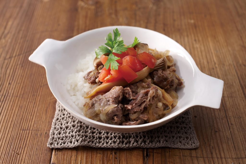 While this Italian beef bowl pulls its fair share of Mediterranean flavors from fresh ingredients like Italian parsley and tomatoes, the blueprint for thel dish actually comes from a well known Japanese dish - gyudon. #beefbowl #ricecooker #ricebowl | Tiger USA