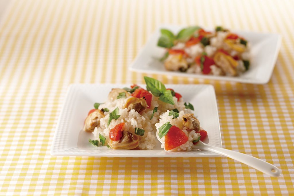 Clam and Tomato Rice - Rice and tomatoes go together, hand-in-hand. And fresh clams impart the briny essence of the sea to this garden fresh rice and tomato recipe. #ricerecipes #japanesefood #ricecookerrecipes #seafood | Tiger USA