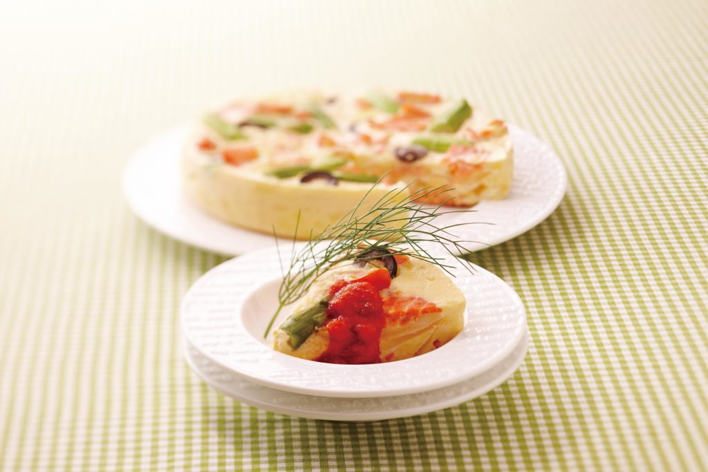Smoked Salmon And Asparagus Quiche - For this asparagus quiche, we swapped the meat you'd normally find in a traditional quiche for heart-healthy smoked salmon - and made it low-carb by omitting the crust. #quicherecipe #healthyrecipe #ricecooker #multicooker | Tiger USA